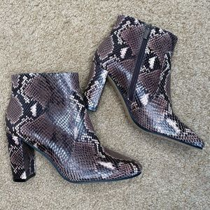 VINCE CAMUTO LEATHER SNAKESKIN PRINT BOOTS 8